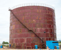 Construcción de un tanque de almacenamiento grande Fotos de archivo libres de regalías