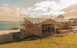 Construcción de una casa de madera con una opinión del mar Imagen de archivo libre de regalías