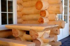 Construcción de una casa de madera hecha de registros fotos de archivo