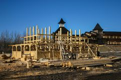 Construcción de una casa de madera tradicional imágenes de archivo libres de regalías