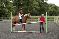 Construcción de una cerca en una escuela de montar a caballo Foto de archivo