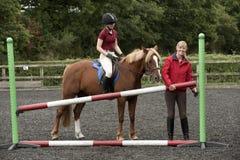 Construcción de una cerca en una escuela de montar a caballo Imagen de archivo libre de regalías