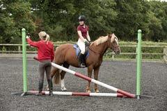Construcción de una cerca en una escuela de montar a caballo Imagen de archivo