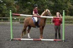 Construcción de una cerca en una escuela de montar a caballo Imagenes de archivo