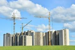 Construcción de una construcción de viviendas de niveles múltiples en el campo de Zielona Fotografía de archivo
