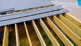 construcción de una cubierta del patio trasero con los tableros de cubierta compuestos imagen de archivo libre de regalías