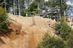 Construcción de una cuesta del esquí Imagen de archivo