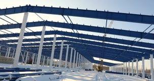 Construcción de una fábrica o de un almacén moderna, visión exterior, panorámica industrial moderna, almacén moderno metrajes