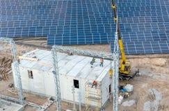 Construcción de una nueva subestación eléctrica y un edificio para el equipo de alto voltaje imagenes de archivo