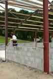 Construcción de una pared del bloque de cemento Foto de archivo libre de regalías