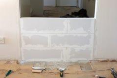 Construcción de una pequeña pared con los bloques de cemento ligeros Fotografía de archivo libre de regalías