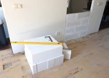 Construcción de una pequeña pared con los bloques de cemento ligeros Foto de archivo
