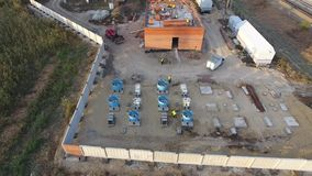 Construcción de una subestación del transformador cerca del ferrocarril almacen de metraje de vídeo