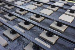 Construcción de una terraza compuesta del jardín del madera-plástico Fotografía de archivo libre de regalías