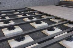 Construcción de una terraza compuesta del jardín del madera-plástico Fotos de archivo