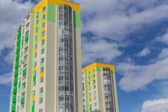 Construcción de viviendas Bloque de viviendas vivo moderno y con estilo Multistoried Casas de las propiedades inmobiliarias?, pla Fotografía de archivo libre de regalías