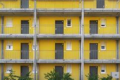 Construcción de viviendas con las paredes amarillas y las puertas grises imagen de archivo