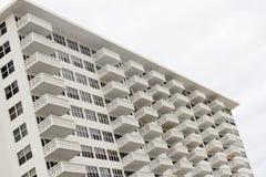 Construcción de viviendas con los balcones blancos Foto de archivo libre de regalías
