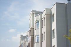 Construcción de viviendas de varios pisos blanca Fotografía de archivo