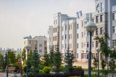 Construcción de viviendas de varios pisos blanca Fotos de archivo