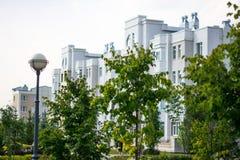Construcción de viviendas de varios pisos blanca Imagenes de archivo