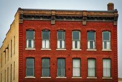 Construcción de viviendas histórica vieja de la ciudad del ladrillo rojo abajo Fotografía de archivo