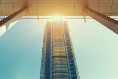 Construcción de viviendas moderna centrada del rascacielos el día soleado en Dubai Foto de archivo libre de regalías