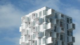 Construcción de viviendas moderna con los balcones fotografía de archivo