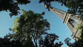 Construcción de viviendas parisiense clásica y la torre Eiffel almacen de video