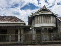 Construcción de viviendas vieja abandonada con el cielo nublado hermoso como fondo Bogor admitido foto Indonesia Imagen de archivo