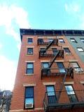 Construcción de viviendas vieja del paseo-para arriba de la vivienda en la zona este superior NYC de la vecindad histórica fotos de archivo libres de regalías