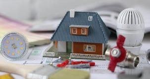 Construcción de viviendas y concepto de la reparación - modelo de escala con los artículos de la construcción almacen de video