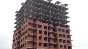 Construcción de viviendas y grúa de construcción almacen de metraje de vídeo