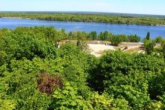 Construcción del camino cerca del río Dnepr foto de archivo libre de regalías
