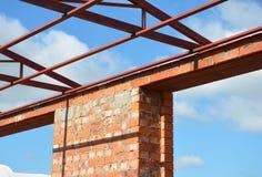 Construcción del dintel de la ventana El tejado de acero ata los detalles con la construcción de las ventanas del marco de la lev imagen de archivo
