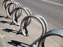 Construcción del estante del estacionamiento de la bicicleta del metal Foto de archivo libre de regalías