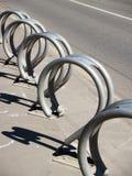 Construcción del estante del estacionamiento de la bicicleta del metal Imagenes de archivo