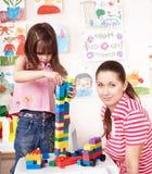 Construcción del juego de niños con la madre. Fotos de archivo libres de regalías