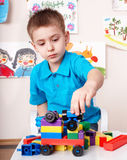 Construcción del juego de niños fijada en el país. Imagen de archivo