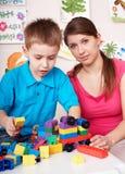 Construcción del juego de niños fijada en sitio de juegos. Imagenes de archivo