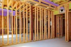 Construcción del marco de una casa de madera dentro del marco Tableros para solar, paredes de la barrera del vapor Fotografía de archivo