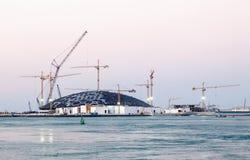 Construcción del museo de Abu Dhabi del Louvre Foto de archivo libre de regalías