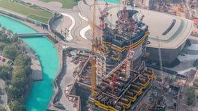 Construcción del nuevo rascacielos moderno en el timelapse aéreo de la ciudad de Dubai, United Arab Emirates almacen de metraje de vídeo