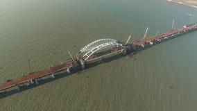 Construcción del puente crimeo El proceso de construir un puente Palmos y arcos de junta del puente almacen de metraje de vídeo