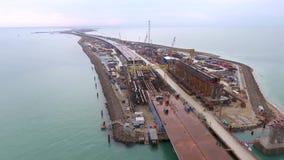 Construcción del puente crimeo, visión desde el vago encima del emplazamiento de la obra en el estrecho de Kerch almacen de metraje de vídeo