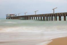 construcción del puente en el mar Imagen de archivo libre de regalías