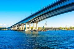 Construcción del puente a través del río fotografía de archivo