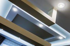 Construcción del techo suspendido y de la mampostería seca en la decoración imagen de archivo