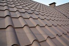 Construcción del tejado del metal contra el cielo azul Materiales de techumbre Tejado de la casa del metal Materiales de construc fotos de archivo