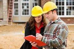 Construcción: El contratista señala cosas en lista de control Imagen de archivo libre de regalías